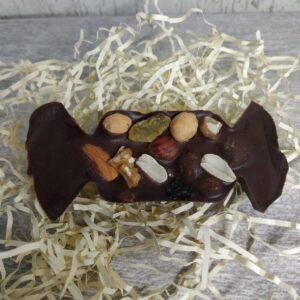 шоколадная фигура с орехами